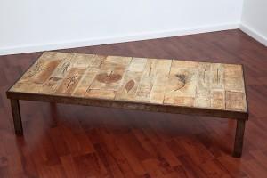Roger Capron - Table basse à plateau en carreaux de céramique à décor d'inclusions de végétaux