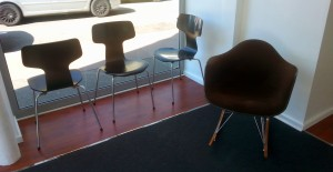 Chaises Fourmi d'Arne Jacobsen - DAR de Charles et Ray Eames