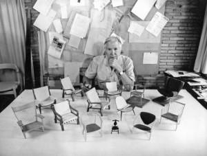 Hans Wegner devant les miniatures des chaises qu'il a dessiné - Courtesy PP Mobler.