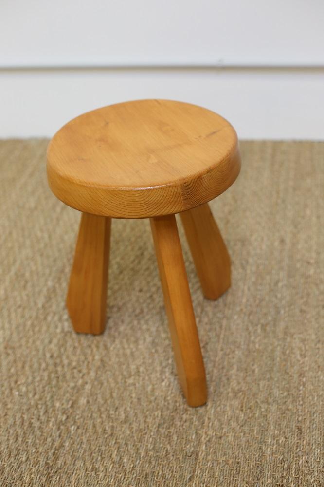 charlotte perriand tabouret pieds sabre mg galerie. Black Bedroom Furniture Sets. Home Design Ideas